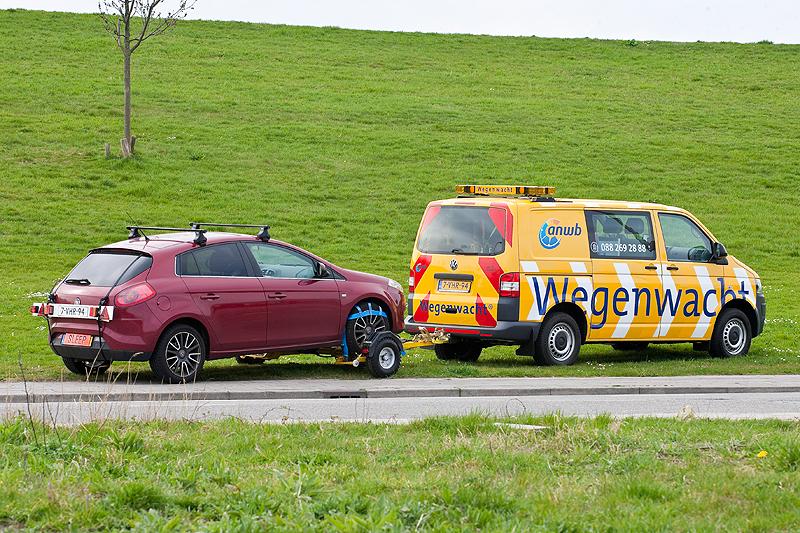 ANWB wegenwacht sleept auto weg